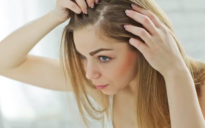 mulher olhando se tem caspa no cabelo