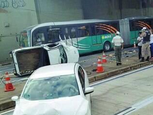 Susto. Motorista inabilitado perdeu controle da Strada e despencou de viaduto, atingindo um táxi