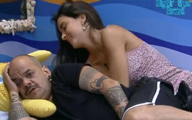 Laisa pede abraço a João Carvalho para amenizar carência