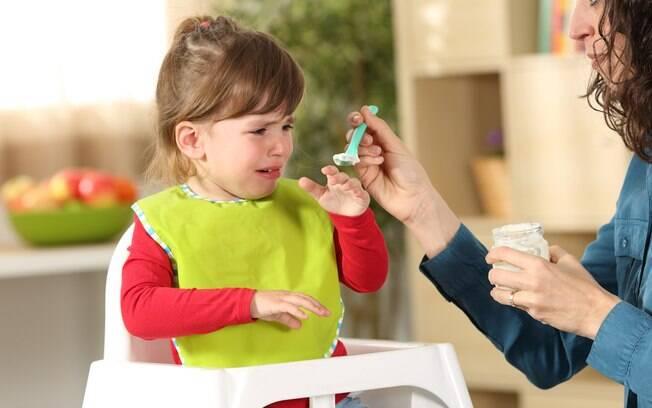 criança recusando comer