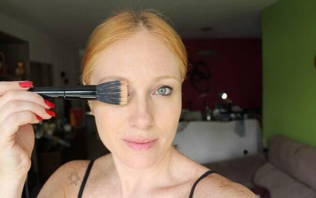 Os pincéis são a maneira de usar menos produto na aplicação da base e dar um acabamento melhor para a pele