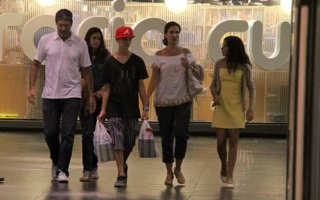 Fátima Bernardes e William Bonner passeiam com os filhos em shopping no Rio