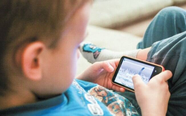 Tempo de tela pode estar relacionado com atraso no desenvolvimento de crianças, diz estudo