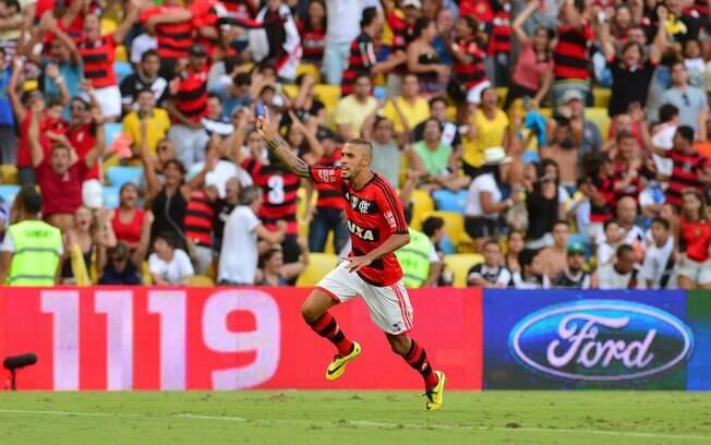 Paulinho corre para comemorar com a torcida o gol de empate do Flamengo  diante do Vasco ff668c7957a75