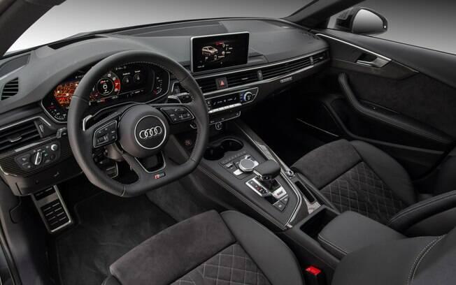 O interior do Audi RS4 Avant mantém o alto nível de acabamento da linha RS, com tecido Alcantara e alumínio