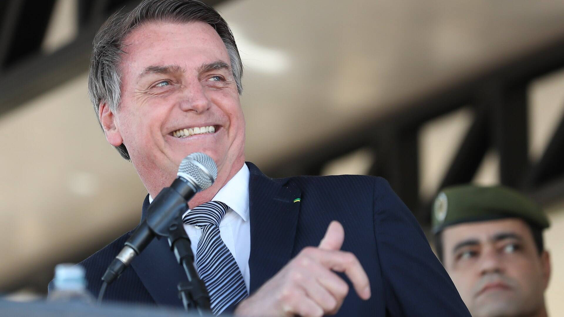 Bolsonaro sugere reduzir o salário dos políticos para pagar até R$ 1000 de auxílio