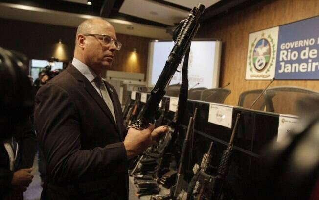 Governador do Rio de Janeiro, Wilson Witzel vistoria as armas do paiol do tráfico apreendido no Complexo da Maré