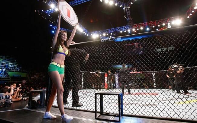 Camila Oliveira dá a volta no octógono do UFC SP