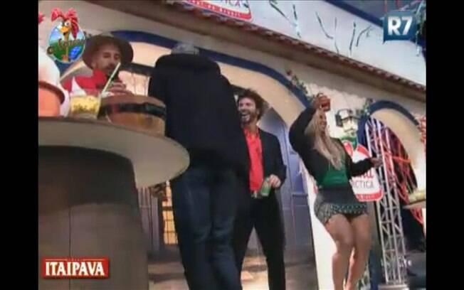 Gui, Dinei, Marlon e Valesca dançam juntos