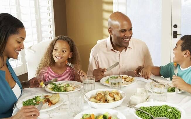 Se você não consegue encaixar refeições em família na sua rotina diária, procure realizá-las pelo menos uma vez por semana