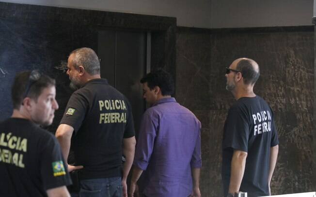 Agentes da Polícia Federal e do Ministério Público Federal (MPF) cumprem 14 mandados de prisão nesta quarta-feira contra auditores e analistas da Receita Federal