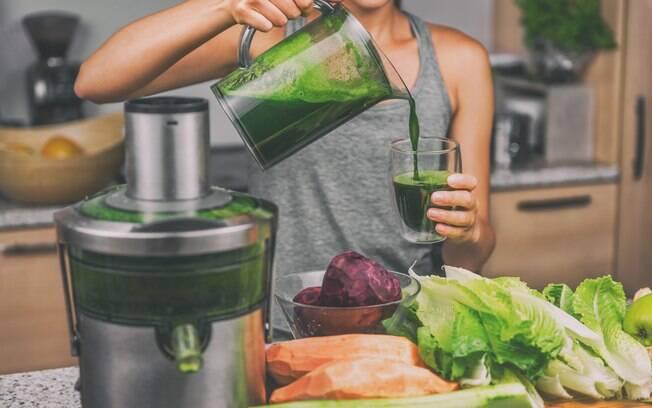 Um suco detox pode ajudar a eliminar as toxinas do corpo e ajudar o corpo a ter mais energia para os dias de folia