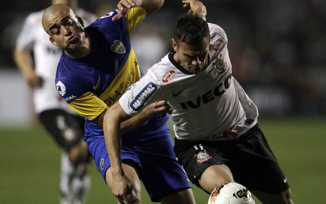 Castán protege a bola contra Santiago Silva,  ex-Corinthians