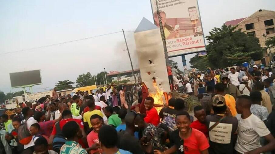 População ateia fogo em estrutura encontrada no Congo, na África