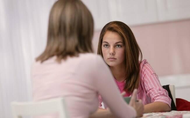 Quando começa a adolescência, pais se deparam com filhos mal-humorados, impacientes, revoltados e, muitas vezes, irresponsáveis