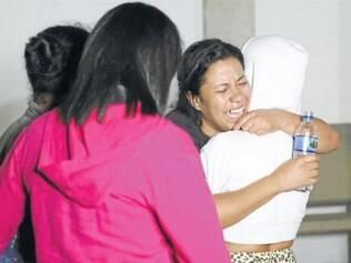 Amparada por amigos, na segunda (24), a dona de casa Gracielly Santos Cardoso parecia ainda não acreditar na morte do filho