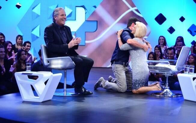 Rodrigo Faro recebe Hebe de joelhos durante gravação do primeiro programa