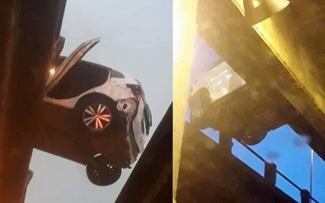 Imagens do local mostram veículo utilizado pelos bandidos pendurado em viaduto, momentos após a colisão