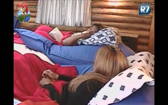 Raquel se refugia com a funkeira na Casa da Árvore e alfineta Monique