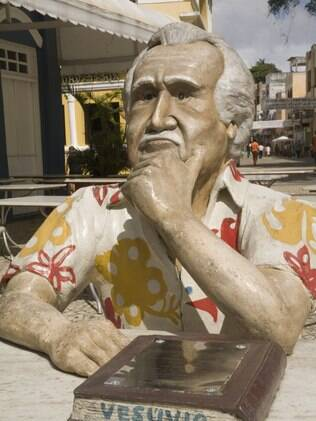 Em Ilhéus, estátua homenageia Jorge Amado