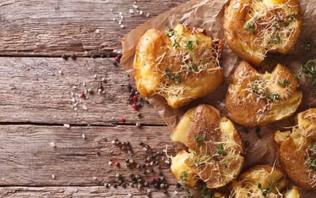 Você pode inovar e fazer batatas cozidas ao murro também