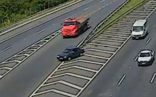 Motorista de carro faz conversão proibida e bate contra caminhão