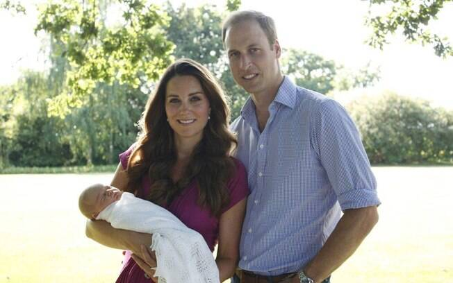 Príncipe William e Kate Middleton divulgaram primeira foto oficial do Príncipe George