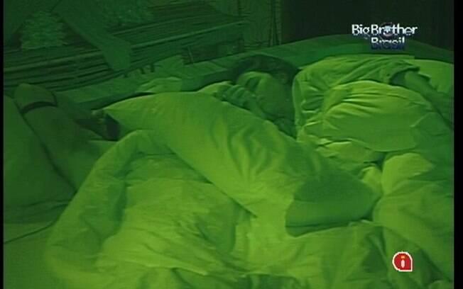 Laisa e Yuri são os primeiros a dormirem na casa