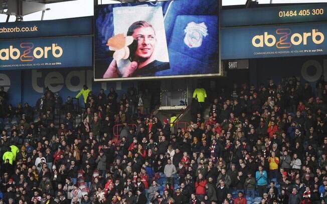 Imagem de Emiliano Sala no telão do estádio
