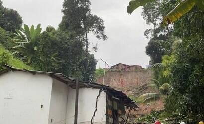 Jabotão: bombeiros fazem buscas por família soterrada