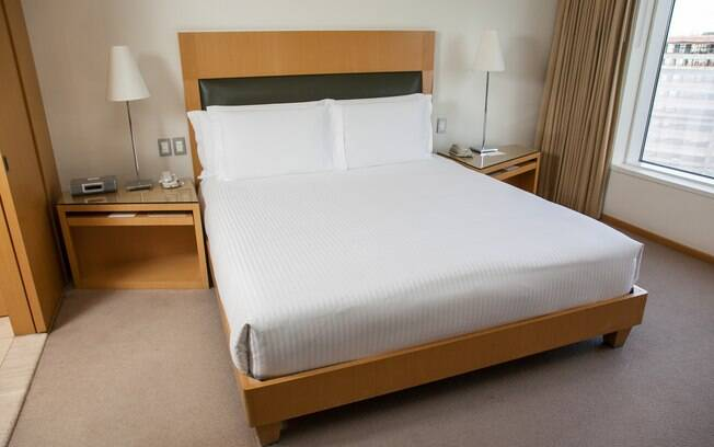 O segredo para uma cama impecável é deixar o lençol e a colcha bem esticadinhos