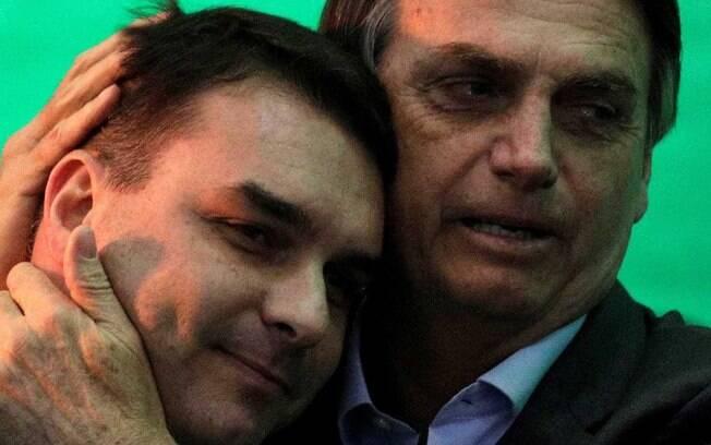 Analistas políticos afirmam que Jair Bolsonaro criou cortina de fumaça para tirar o foco das acusações contra o filho