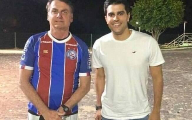 Bolsonaro usa a camisa do Bahia