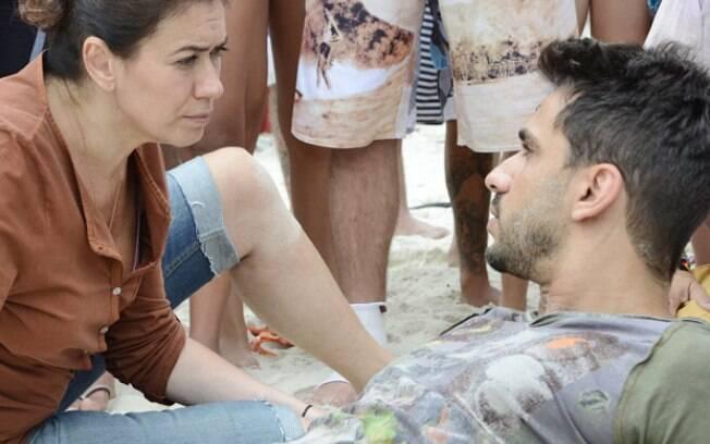 Enzo chega na praia e pede para falar com Griselda, que diz não conhecê-lo