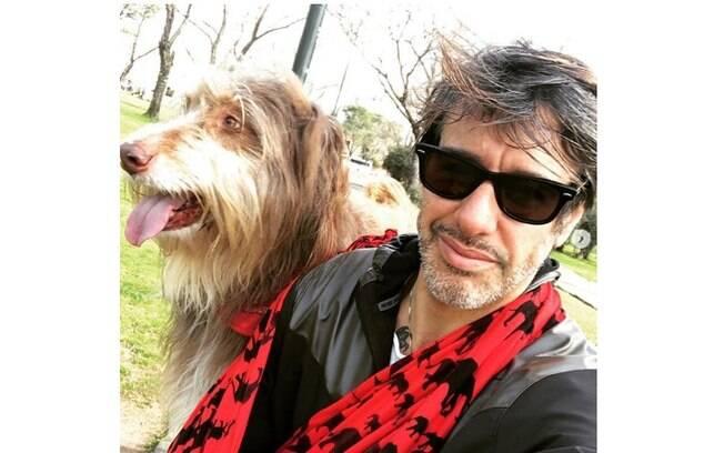 Homem comemorou gol beijando seu cachorro
