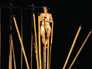 Intérpretes utilizam de bambu como objeto e suporte na peça