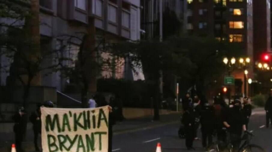 Protestantes seguram placa em homenagem a Ma'Khia Bryant