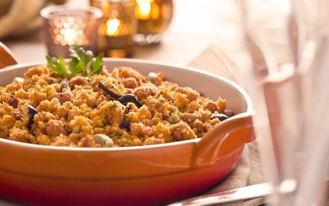 Foto da receita Farofa de linguiça e azeitonas pronta.