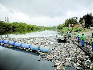 Lixo. Local de provas de algumas modalidades olímpicas, baía de Guanabara não será completamente saneada para os Jogos do Rio