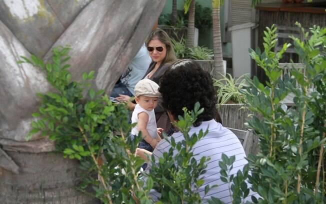 Daniele Suzuki em um restaurante com o marido e o filho