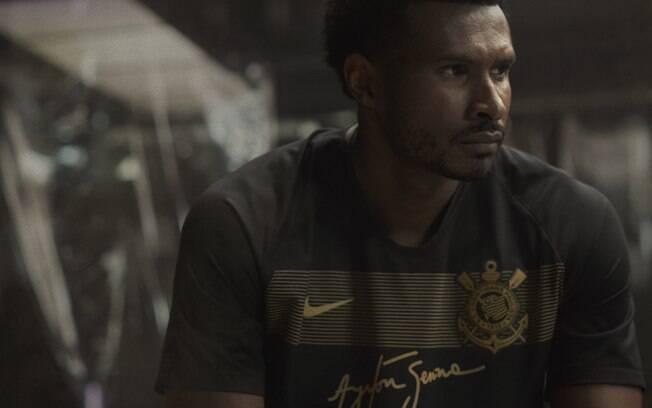 Jogador de basquete e corintiano, Leandrinho posa com o novo terceiro uniforme do Corinthians