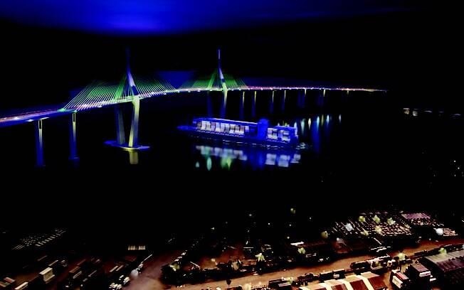 Imagem noturna mostra projeção da Ponte Santos Guarujá