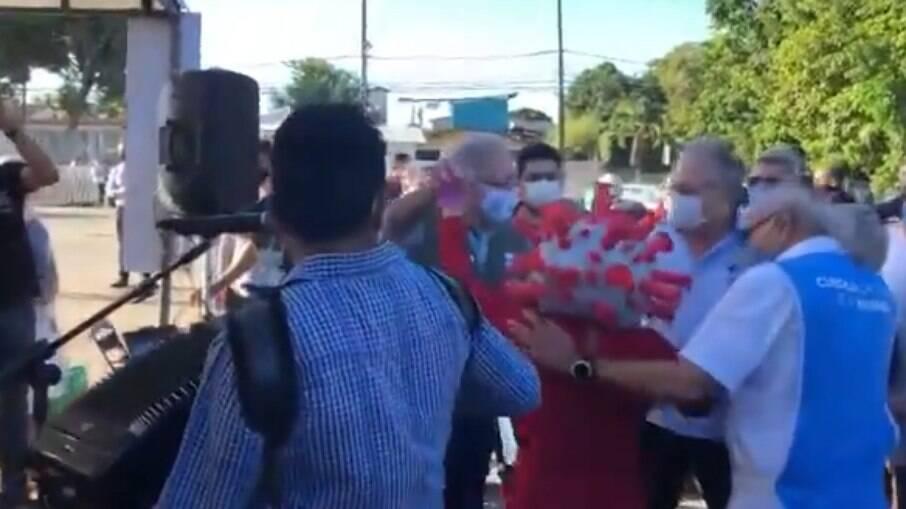 Ministro da Saúde dança forró com pessoa caracterizada como coronavírus em João Pessoa