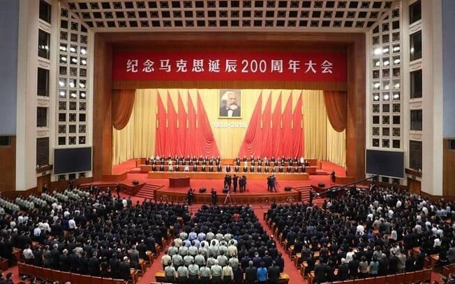Karl Marx é homenageado por Xi Jinping, em uma cerimônia solene na China; amanhã ele completaria 200 anos