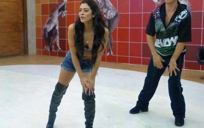 Carol Castro mostra corpão em forma em ensaio da 'Dança dos Famosos'