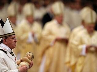 Papa carrega imagem do menino Jesus