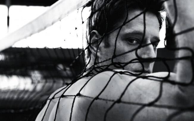 Murilo posou sem camisa para a publicação e  em clima de vôlei