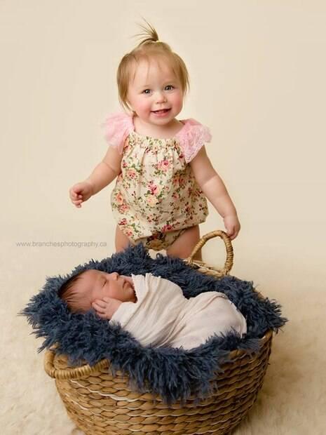Mia tinha 10 meses quando o irmão nasceu e também participou das fotos