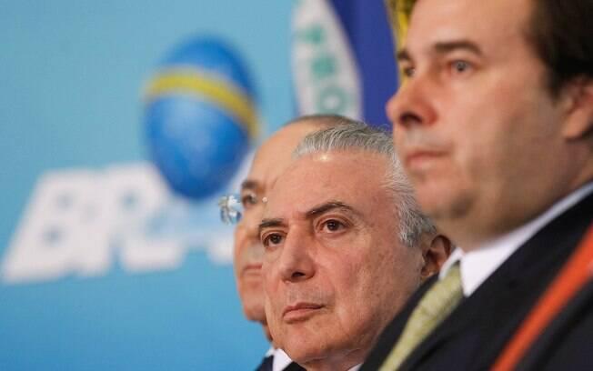 Rodrigo Maia (esq.) diz que governo de Michel Temer (centro) tem hoje só 280 votos para reforma da Previdência
