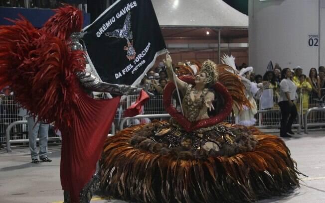 Mestre-sala e porta-bandeira da Gaviões da Fiel